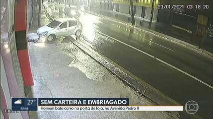 Homem bate carro na porta de loja, na Avenida Pedro II