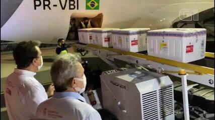 Camilo Santana e Sarto Nogueira recebem vacina de Oxford contra Covid-19 em Fortaleza
