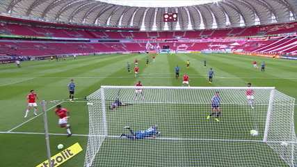 Gol do Internacianal! Cuesta cruza na cabeça de Abel Hernández, que desloca Vanderlei. 44' do 2T.