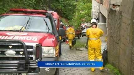 Bombeiros retiram vítimas que ficaram soterradas após deslizamento em Florianópolis