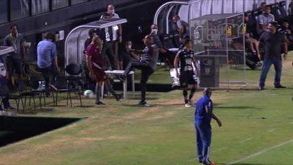 Auxiliar do Botafogo reclama da demora e chuta a bola em cima de gandula