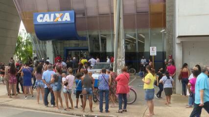 Saque e transferência do Auxílio Emergencial gera aglomeração e filas no Acre