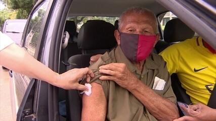 Parentes de idosos reclamam de problemas para agendar vacinação contra Covid-19