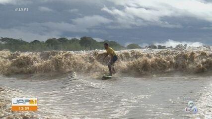 Surfistas desafiam as ondas da pororoca na costa do Amapá