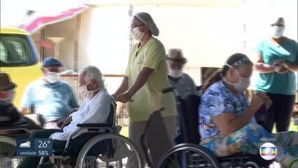 Vacinação de idosos acima de 80 anos inicia sem planejamento no DF
