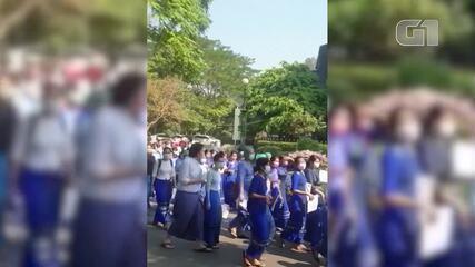 VÍDEO: Apesar da pressão militar, centenas protestam contra golpe em Mianmar