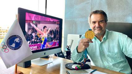 O presidente da PanAm Sports, Neven Ilic, com uma das medalhas que enviará a Arthur Nory