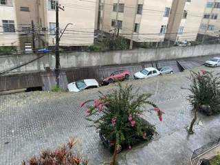 Carros são 'engolidos' por cratera após parte de passarela e rua cederem em Nova Friburgo