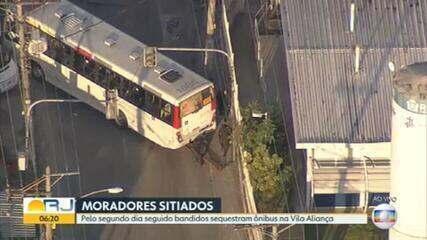 Rotina na Vila Aliança: bandidos sequestram ônibus e interditam principal via da região