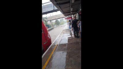 Chuva alaga estação Perus da CPTM, na Zona Norte de SP, nesta quarta-feira