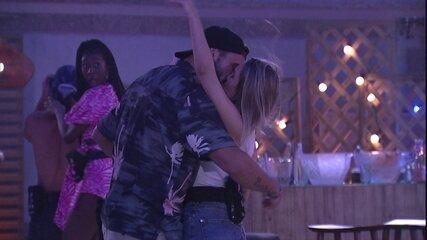 Carla Diaz e Arthur se beijam no BBB21