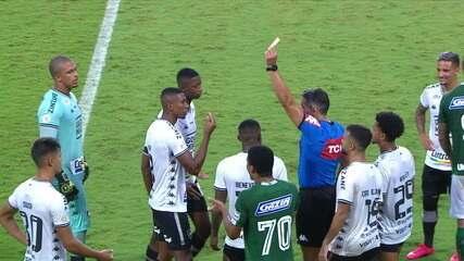 Vermelho! Kanu dá entrada dura em Fernandão, VAR chama o árbitro, que expulsa o jogador, aos 35 do 2º tempo