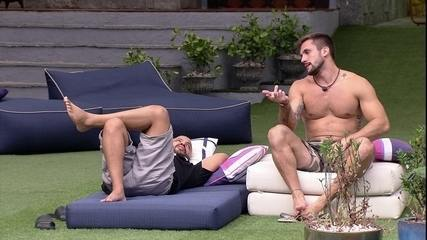 Arthur pergunta para Projota no BBB21: 'Você acha que tem chance de Karol ir na Carla?'