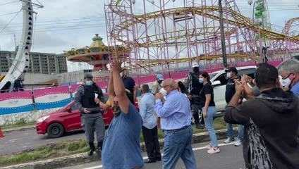 Manifestantes protestam em frente à Aleam em Manaus