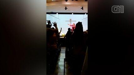 Prefeita de Bauru canta em evento com aglomeração em igreja