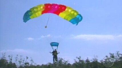 Participantes chegam de paraquedas na praia do 'No Limite - Fase Metal (2001)'