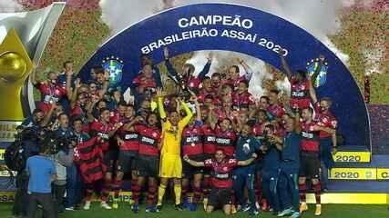 Jogadores do Flamengo levantam o troféu do Brasileirão de 2020