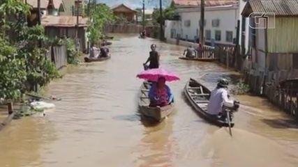 Cheia inunda cidade de Boca do Acre, no Amazonas, e moradores se adaptam com canoas