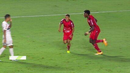 Gol do Botafogo-SP! No contra-ataque, Dudu recebe cruzamento e chuta no canto de Volpi, aos 2' do 2º tempo