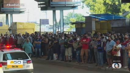 Mesmo com novo decreto, pessoas formam aglomerações para pegar ônibus em Goiânia