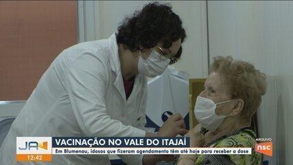 Blumenau começa a vacinar idosos que realizaram agendamento