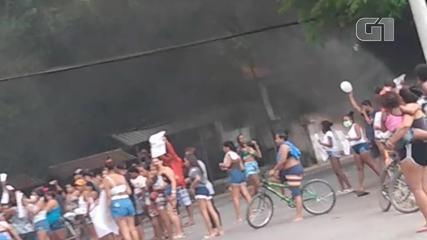 Moradores fazem protesto após homicídio de três jovens em conjunto habitacional em Maricá