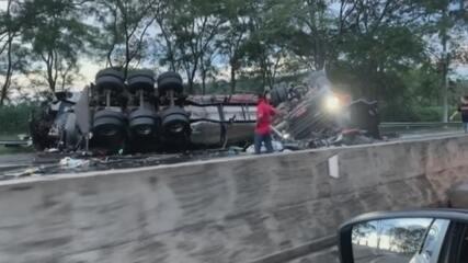 Caminhoneiros morrem em colisão frontal na Rodovia Paulo Nilo Romano em Dois Córregos