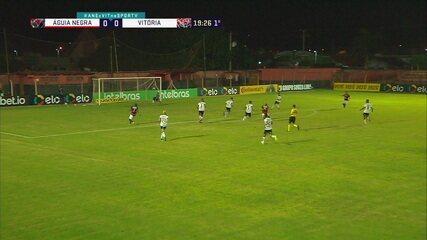 Guilherme Feitoza arracnca com a bola, passa pela marcação, mas ela fica com o goleiro, aos 19' do 1T