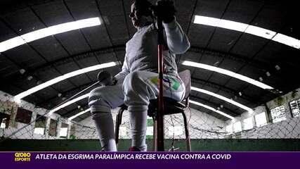 Atleta de esgrima paralímpica recebe vacina contra a Covid-19