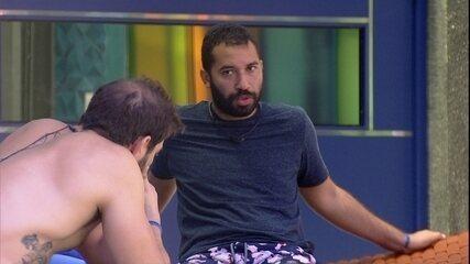 Gilberto se explica para Caio: 'Eu não estou estranho porque eu fui falso com as pessoas'