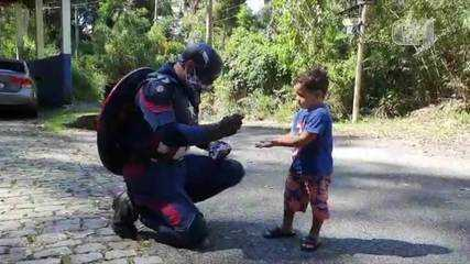 Policial se veste de Capitão América e distribui máscaras para crianças na Serra do RJ