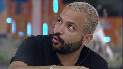 Projota diz que via Caio como um dos favoritos no BBB21 e fala de lesão do brother