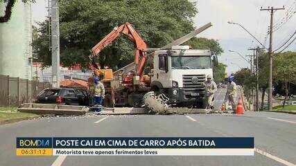 Poste cai em cima de carro após batida em Curitiba