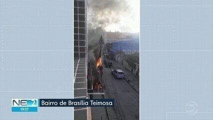 Poste pega fogo e pessoas ficam sem energia elétrica em Brasília Teimosa
