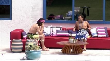 Gilberto e Fiuk conversam sobre Almoço do Anjo e decidem convidar sisters do BBB21