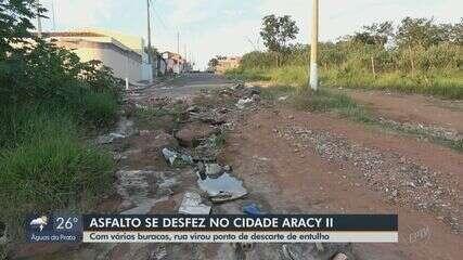 Asfato se desfaz e rua vira ponto de descarte de entulho no Aracy 2 em São Carlos