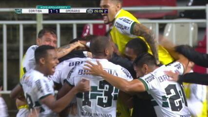 Gol do Coritiba! Em lance polêmico, Léo Gamalho cabeceia, Simão defende, mas arbitragem dá o gol