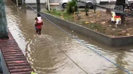 Chuva forte alaga região do bairro de Periperi, em Salvador
