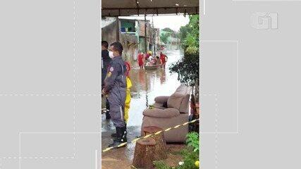Corpo de Bombeiros resgata pessoas presas em casa após alagamento no bairro da Paz