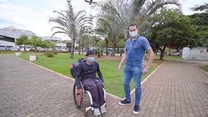 Ex-paratleta de Paulínia (SP) faz entregas com cadeira de rodas