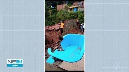 Chuva derruba muro em cima de uma casa em Camaragibe e deixa dois feridos