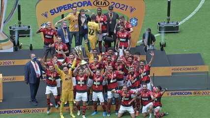 Flamengo ergue taça e comemora bicampeonato da Supercopa do Brasil