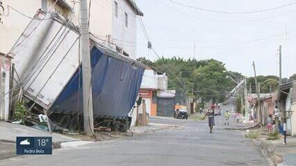 Caminhão perde freio e atinge postes e muro de casa na Vila Aeroporto, em Campinas
