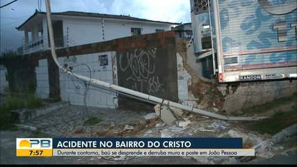Baú de caminhão se desprende e derruba muro, em João Pessoa