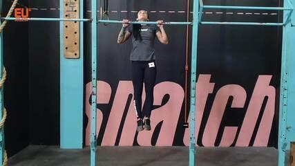 A treinadora de crossfit Luana Leal ensina a fazer uma série de murph