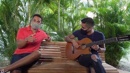 O cantor Gustavo Martins lança a música 'Presentes' e conta sua história
