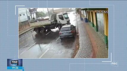 Câmera flagra acidente em que caminhão bate em carro em Blumenau