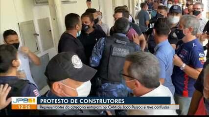 Profissionais da construção civil protestam na sede prefeitura de João Pessoa
