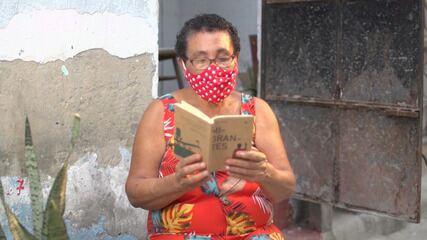 Historiadora Tia Nalva inspira moradores das comunidades de Salvador