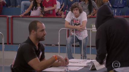 Karina se passa por Pedro e consegue se inscrever no campeonato